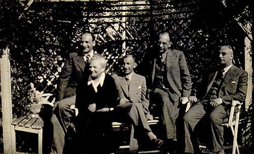 Lina Liebenthal mit  Shnen v.l. Fritz, Otto, Heinrich, Julius